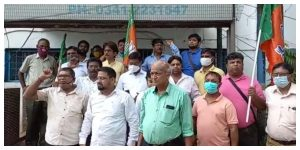 Arrested for no reason! BJP workers protesting in front of the police station over the allegation
